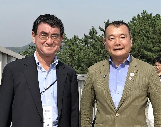 黒川まさる 河野太郎外務大臣と八景島にて