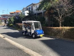 坂の多い富岡西の新しい交通システムとしてカートによる実証実験